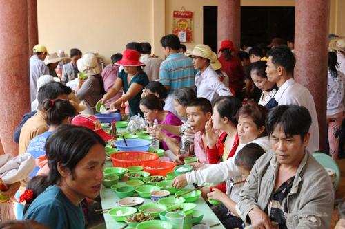 Khu vực nhà ăn từ thiện phục vụ những suất cơm chay miễn phí cho du khách cũng đông nghịt người không kém.
