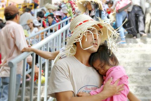 Nhiều em bé được bố mẹ dẫn lên núi hành hương cũng lả đi vì ngột ngạt và nắng nóng