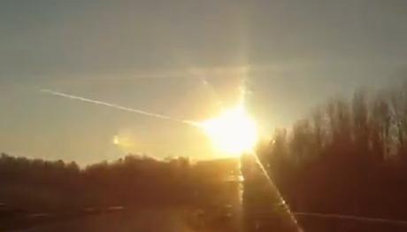 Camera trong một xe hơi ghi lại cảnh tượng thiên thạch lao xuống