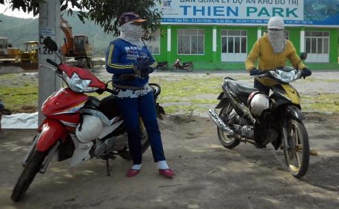 Mỗi sáng, 5 thành viên trong đội nữ xe thồ phía đường tránh Bắc Đà Nẵng lại ra đường chuẩn bị một ngày làm việc. Ảnh: N.Đ