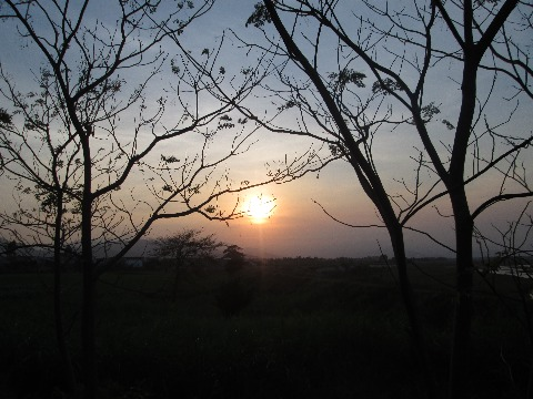 Mặt trời khuất dần phía chân trời. Cũng là lúc người nông tạm nghỉ ngơi sau một ngày lao động vất vả.