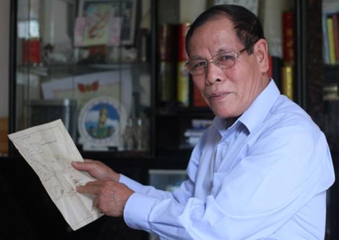 Thượng tá Hoàng Hoan chỉ bản đồ quần đảo Trường Sa và kể lại thời khắc xảy ra trận chiến ngày 14/3/1988. Ảnh: Nguyễn Đông