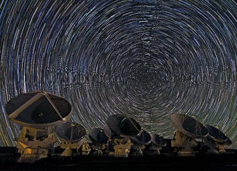 ALMA, kính thiên văn vô tuyến lớn nhất thế giới bắt đầu vận hành hôm qua tại sa mạc Atacama, Chile.