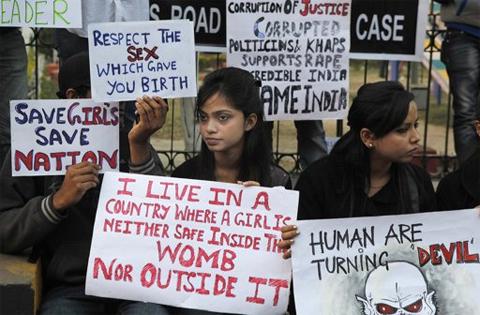 Sinh viên Ấn Độ biểu tình phản đối một quan chức đảng cầm quyền Ấn Độ định hiếp dâm người dân khi ông ta đi công cán. Ảnh: AP