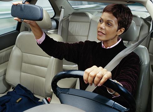 Điều chỉnh gương hậu trước khi lái xe.