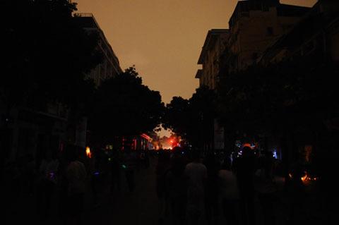 20h30 tối 23/3, hàng nghìn người dân đổ về khu vực quảng trường CM tháng 8 và trung tâm thủ đô để hưởng ứng 60 phút tắt điện hưởng ứng giờ trái đất. Thành phố chìm trong bóng tối nhưng lại rực rỡ với những tia sáng từ những chiếc vòng phát quang hoặc ánh nến.