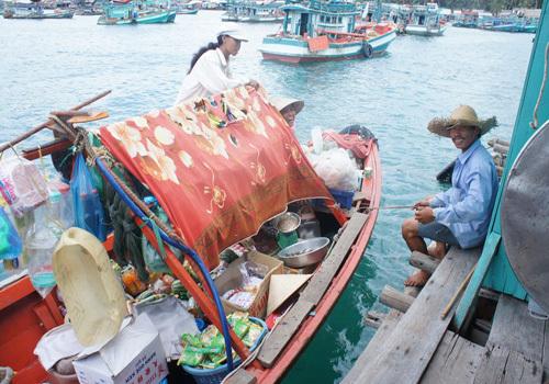 Người dân bán tạp hóa ngay trên biển.
