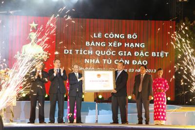 Phó Thủ tướng Nguyễn Thiện Nhân trao Bằng di tích quốc gia đặc biệt Nhà tù Côn Đảo cho lãnh đạo UBND tỉnh Bà Rịa  Vũng Tàu.
