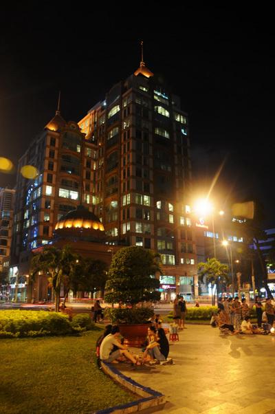 Vài phút trước thời điểm giờ trái đất, đèn còn sáng trước sân Nhà thờ Đức Bà, phía trước là khu văn phòng, khách sạn vẫn sáng đèn.