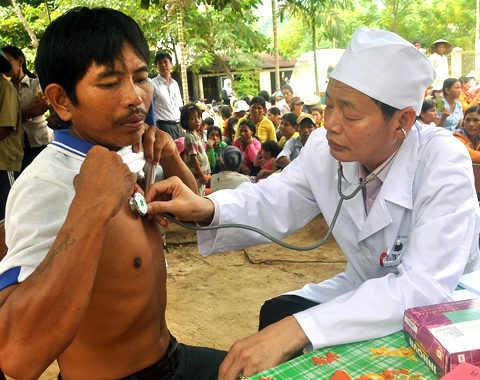 Bắt đầu ngày 1/6 tới, Quảng Ngãi bắt đầu áp dụng chính sách thu hút, đãi ngộ nhân tài, trong đó ưu tiên tuyển dụng hàng đầu chuyên ngành thuộc lĩnh vực y tế. Ảnh: Trí Tín.