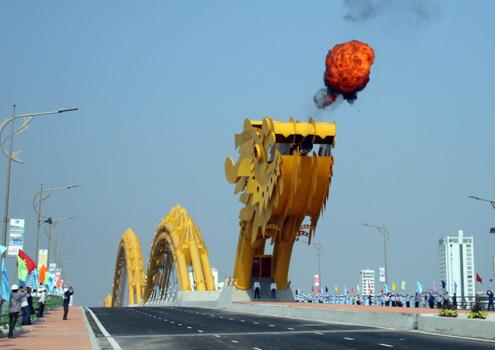 Cầu Rồng phun lửa trong lễ khánh thành. Ảnh: Nguyễn Đông