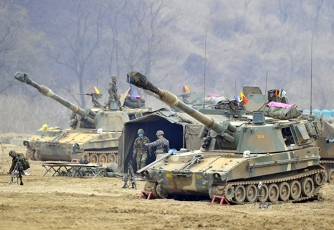 South Korean marines man K-55 self-propelled howitzers at a military training field in the border city of Paju on on April 1, 2013