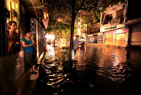 Phố Nguyễn Khuyến ngập trong cơn mưa đêm 30/3 vừa qua. Ảnh: Hoàng Thanh.