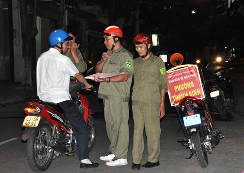 Ban bảo vệ dân phồ phường Thanh Bình, quận Hải Châu tuần tra đêm, lấy ý kiến của người dân. Ảnh: Nguyễn Đông