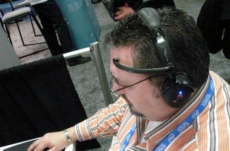 Thiết bị giống tai nghe này có thể giúp con người truy cập vào máy tính bằng ý nghĩ. Ảnh: