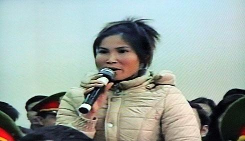 Bà Phạm Thị Báu trong phiên tòa xét xử các quan chức huyện Tiên Lãng. Ảnh chụp từ màn hình.
