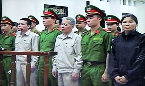 Các bị cáo Vươn, Quý, Báu (từ trái qua) trong phiên sơ thẩm. Ảnh chụp từ màn hình.