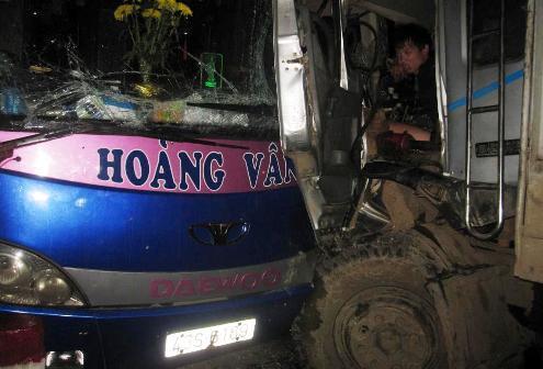Tài xế xe tải dính chặt trong ca bin, máu chảy đầm đìa tỏ ra rất đau đớn