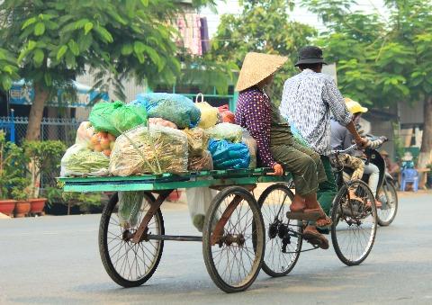 Xe lôi là một phương tiện di chuyển phổ biến ở Châu Đốc, và cũng là một trong những phương tiện mưu sinh hằng ngày của người dân nơi đây.