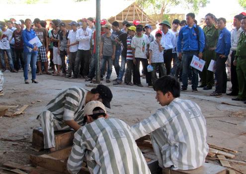 Trước buổi đối thoại với ông Nguyễn Bá Thanh, trẻ em chậm tiến được đưa đi tham quan các trại giam. Ảnh: Nguyễn Đông