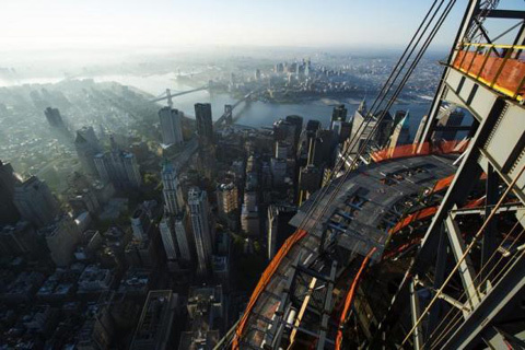 Quá trình lắp đặt chóp bạc cho nóc của tòa nhà Trung Tâm Thương mại Thế giới mới ở New York vừa chính thức được hoàn thiện. Đây là biểu tượng hồi sinh của thành phố năng động bậc nhất nước Mỹ sau vụ khủng bố 11/9/2011.