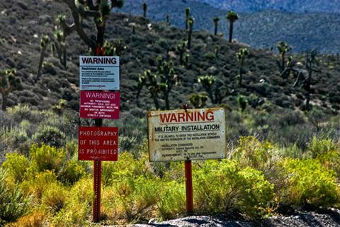Khu vực 51 (Area 51) là một căn cứ quân sự của Mỹ, nằm cách Las Vegas, Nevada 130 km về phía tây bắc. Sở dĩ, nơi đây được liệt vào hàng bí ẩn nhất thế giới bởi những đồn đoán cho rằng, Khu vực 51 là nơi một phi thuyền của người ngoài hành tinh gặp nạn tại Roswell vào năm 1947.