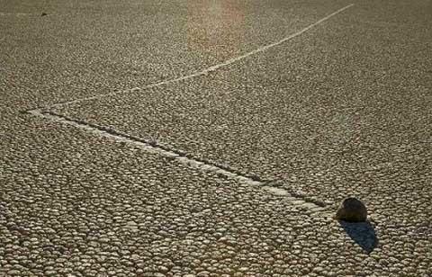 Khi phát hiện ra mhững hòn đá biết đi bí ẩn ở thung lũng Chết, chúng đã ở trong trạng thái quẹo rẽ, trượt, lướt trên vùng đất Racetrack Playa không người ở, nơi có những thung lũng chứa đầy bùn khô với mặt đất nứt nẻ trong mùa hè và băng giá vào mùa đông. Nhiều nhà địa chất đã đến tất cả các nơi ở Racetrack Playa và xung quanh để nghiên cứu.