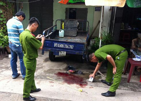 Cảnh sát khám nghiệm hiện trường vụ cô giáo bị đâm gục giữ đường. Ảnh: An Nhơn