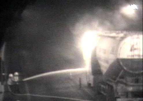 Lực lượng cứu hộ nhanh chóng dập lửa trên xe bồn bốc cháy phía trong hầm. Ảnh: Chụp lại từ camera quan sát