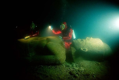 Nhà khoa học Franck Goddio và nhóm thợ lặn đang kiểm tra một bức tượng Pharaoh. Bức tượng làm bằng đá hoa cương màu đỏ có chiều cao hơn 5 mét, được tìm thấy gần ngôi đền lớn của Heracleion dưới đáy biển.