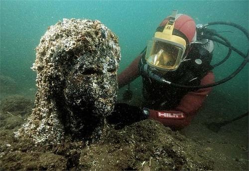 Các nhà khảo cổ đang tiến hành trục vớt bức tượng của thần Hapi cao 5.4m và cũng được làm bằng đá granit đỏ.