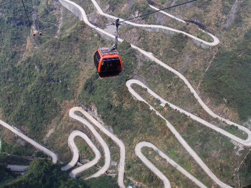 Đúng như tên gọi của mình, đường đèo Thông Thiên là con đường ngoằn ngoèo, quanh co, dẫn lên đỉnh núi, ở khu du lịch Trương Gia Giới, tỉnh Hồ Nam, Trung Quốc. Con đường dài hơn 10 km, ở độ cao từ 200 m đến 1.200 m so với mực nước biển, với 99 khúc cua gấp. Việc xây dựng con đường hoàn tất sau 8 năm, chi phí lên đến 16,2 triệu USD và được gọi là