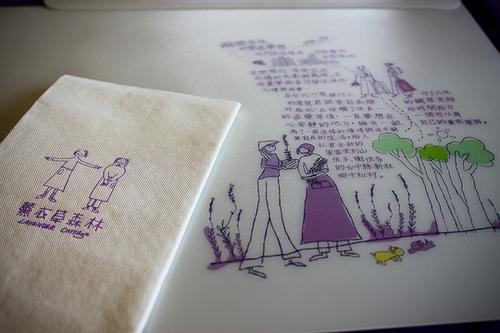 Trong quán ăn, ngoài đồ dùng như khăn bàn, đồng phục của người phục vụ màu tím, khăn ăn, menu và các vật dụng khác cũng đều được trang trí bằng những hình ảnh đáng yêu như thế này.