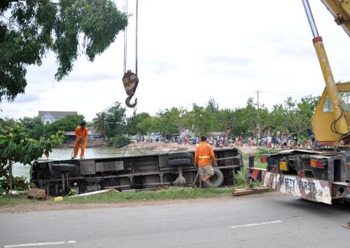 Xe buýt lao xuống hồ, nhiều người hoảng loạn