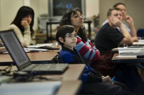 1Tanishq Matthew Abraham. Tanishq Matthew Abraham khi 4 tuổi, là một trong những thành viên trẻ nhất của Mensa, một tổ chức quốc tế bao gồm những người sở hữu chỉ số IQ cao nhất thế giới. Tanishq bộc lộ phẩm chất thiên tài khi mới 4 tháng tuổi, cậu xem sách thiếu nhi và trả lời hết các câu hỏi một cách chính xác. Trong tổ chức Mensa, cậu bé đạt số điểm ngất ngưởng 99,9% trong các bài kiểm tra IQ. Lúc 5 tuổi, cậu nhanh chóng hoàn thành các khoá học toán thiết kế bởi chương trình giáo dục Đại học Stanford giành cho trẻ em có năng khiếu bẩm sinh. Sáu tuổi, Tanishq duy trì điểm trung bình các môn là 4.0 trong tất cả các khoá học đại học và là một trong những người trẻ tuổi nhất được giới thiệu vào hiệp hội Phi Theta Kappa Honor Society. Ngoài ra, cậu còn xuất bản các bài tiểu luận khoa học về nghiên cứu mặt trăng trên trang web của NASA.