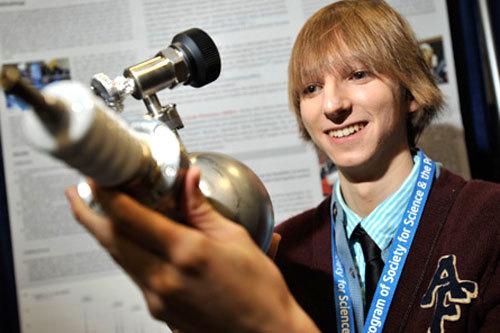 Taylor Ramon Wilson là người trẻ nhất trên thế giới chế tạo thành công Fusor - một thiết bị dùng để tạo ra phản ứng tổng hợp hạt nhân. Taylor biết thiết kế bom lúc 10 tuổi và chế tạo fusor ở tuổi 14. Tháng 5 năm 2011, cậu giành được giải thưởng Khoa học Kỹ Thuật Quốc Tế của Intel nhờ sáng chế ra máy phát hiện bức xạ. Tháng 2 năm 2013, cậu được mời tham gia phát biểu tại hội nghị TED 2013 về ý tưởng của mình trên lò phản ứng phân hạch hạt nhân dưới lòng đất khép kín. Taylor đã thiết kế được lò phản ứng hạt nhân nhỏ gọn mà theo cậu, có khả năng tạo ra 50 megawatt điện với đặc điểm ưu việt là chỉ cần tiếp nhiên liệu 30 năm một lần.