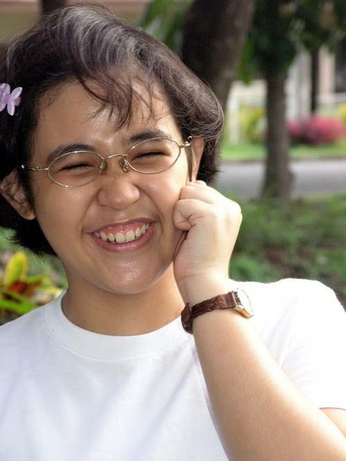 Mikaela Irene Fudolig bước qua cánh cửa Đại học Philippines khi mới 11 tuổi. Cô luôn là học sinh đứng đầu, đỗ thủ khoa trong khoá. Mikaela tốt nghiệp Chuyên ngành Khoa học Vật lý ở tuổi 16. Hiện tại, cô đang theo học bằng Tiến sĩ đồng thời là vị giáo sư trẻ tại chính ngôi trường mình đang theo học. ở Sthích nghiên cứu của Mikaela là sử dụng mô hình toán học để phân tích hành vi các hệ thống, nghiên cứu hệ thống sinh học, và econophysics  nghiên cứu kinh tế dựa trên lý thuyết và phương pháp của vật lý.