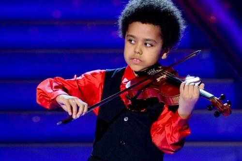 Akim Camara là thần đồng violin tại Berlin, bắt đầu chơi vĩ cầm từ lúc 2 tuổi. Cậu bộc lộ trí nhớ siêu việt trong âm nhạc khi còn bập bẹ chưa biết nói. Người hướng dẫn cậu đã phát hiện ra khả năng âm nhạc của cậu và bắt đầu dạy đàn cho cậu bé 2 tuổi hai buổi một tuần. Cậu cảm thụ nhạc và tiếp thu một cách nhanh chóng, chỉ sau 6 tháng huấn luyện, Akim đã được mời biểu diễn lần đầu tiên trước công chúng tại buổi hoà nhạc Giáng sinh tháng 12 năm 2003.