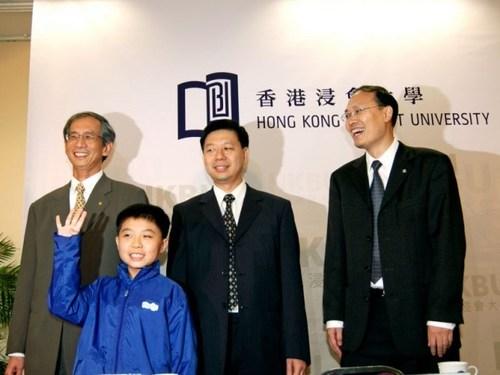 Sinh ra tại Hồng Kông, March Tian, 9 tuổi, là người trẻ nhất bước vào giảng đường đại học tại Hồng Kông. Cậu hoàn thành vượt trội các chứng chỉ A Toán cao cấp và chứng chỉ B ngành Thống kê. Cậu cũng được cấp 8 bằng chứng chỉ GCSE cùng một lúc khi đang theo học các chứng chỉ khác. March Tian đặc biệt được cho phép theo học chương trình cử nhân chuyên ngành kép bao gồm bằng Cử nhân Khoa học Toán học và bằng Thạc sĩ Triết học trong Toán học. Năm 2011, March Tian xuất sắc hoàn thành khoá học sớm hơn trước 1 năm so với dự kiến. Hiện cậu đang học cấp bậc Tiến sĩ chuyên ngành Toán tại Mỹ.