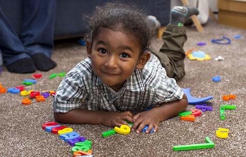 dam Kirby, 2 tuổi 5 tháng lMột cậu bé hơn hai tuổi vừa trở thành thành viên nhỏ tuổi nhất của tổ chức những người có chỉ số thông minh (IQ) cao nhất thế giới (Mensa).
