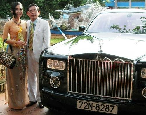 Đại gia Lê Ân cùng cô vợ thứ 6 bên siêu xe trên 1,5 tỷ đồng. Ảnh: Duy Khang
