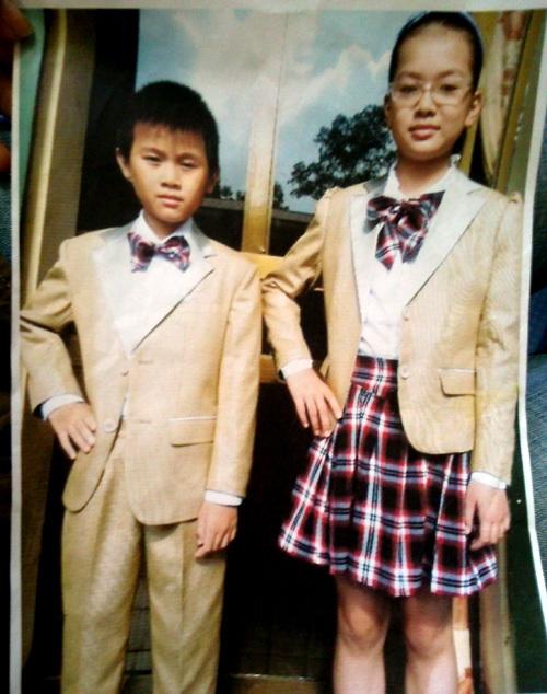 Bộ đồng phục mẫu mà đại diện cha mẹ học sinh của ba thôn đã ký hợp đồng với nhà may. Ảnh: Hoàng Thùy.