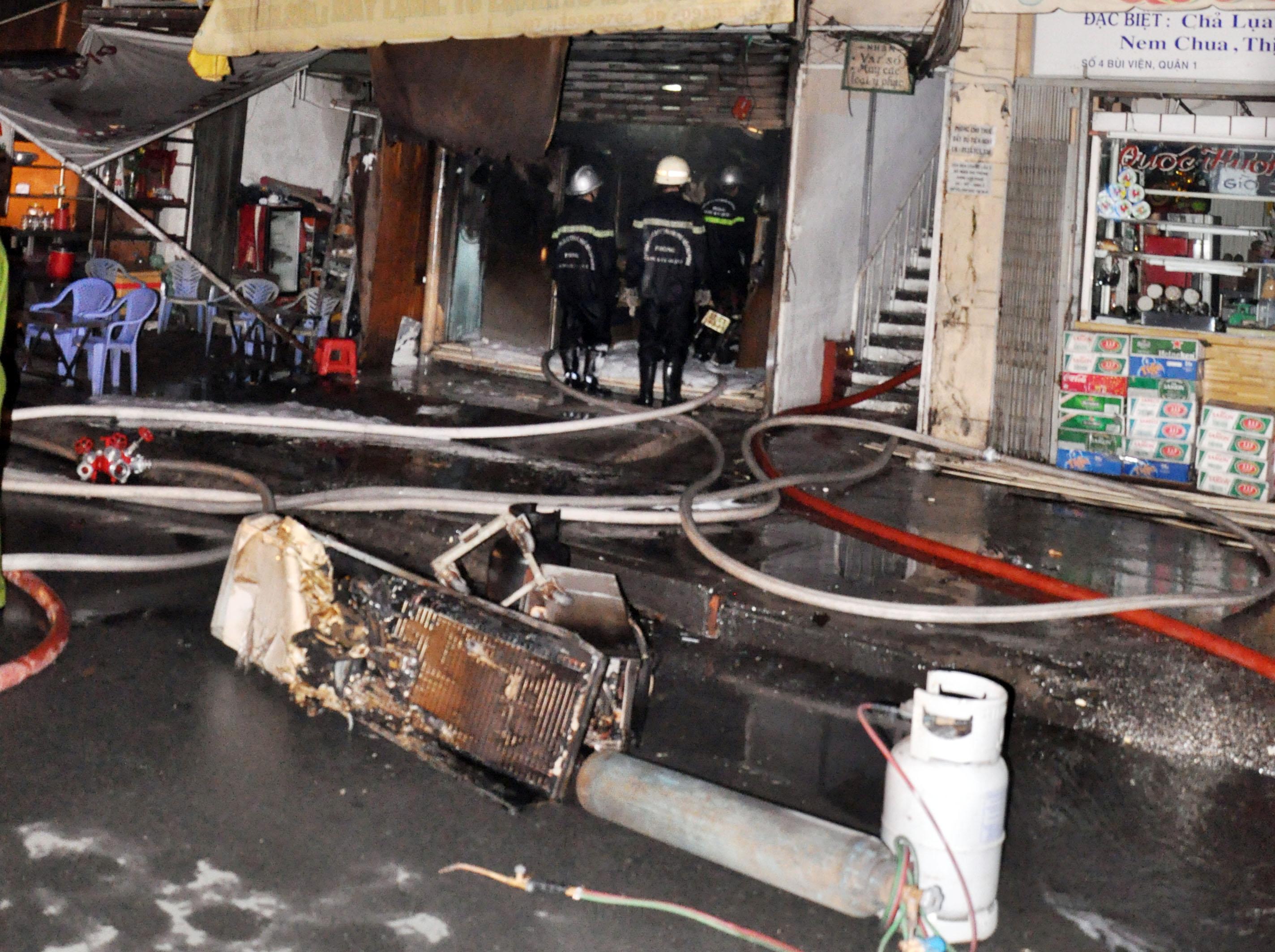 Sau 30 phút ngọn lửa được dập tắt. Không có thương vong về người, song nhiều vật dụng kim khí điện máy, trong đó có một số tủ lạnh có bình gas, hai xe máy của cửa hàng Anh Thụ rộng khoảng 20m2 bị thiêu rụi.