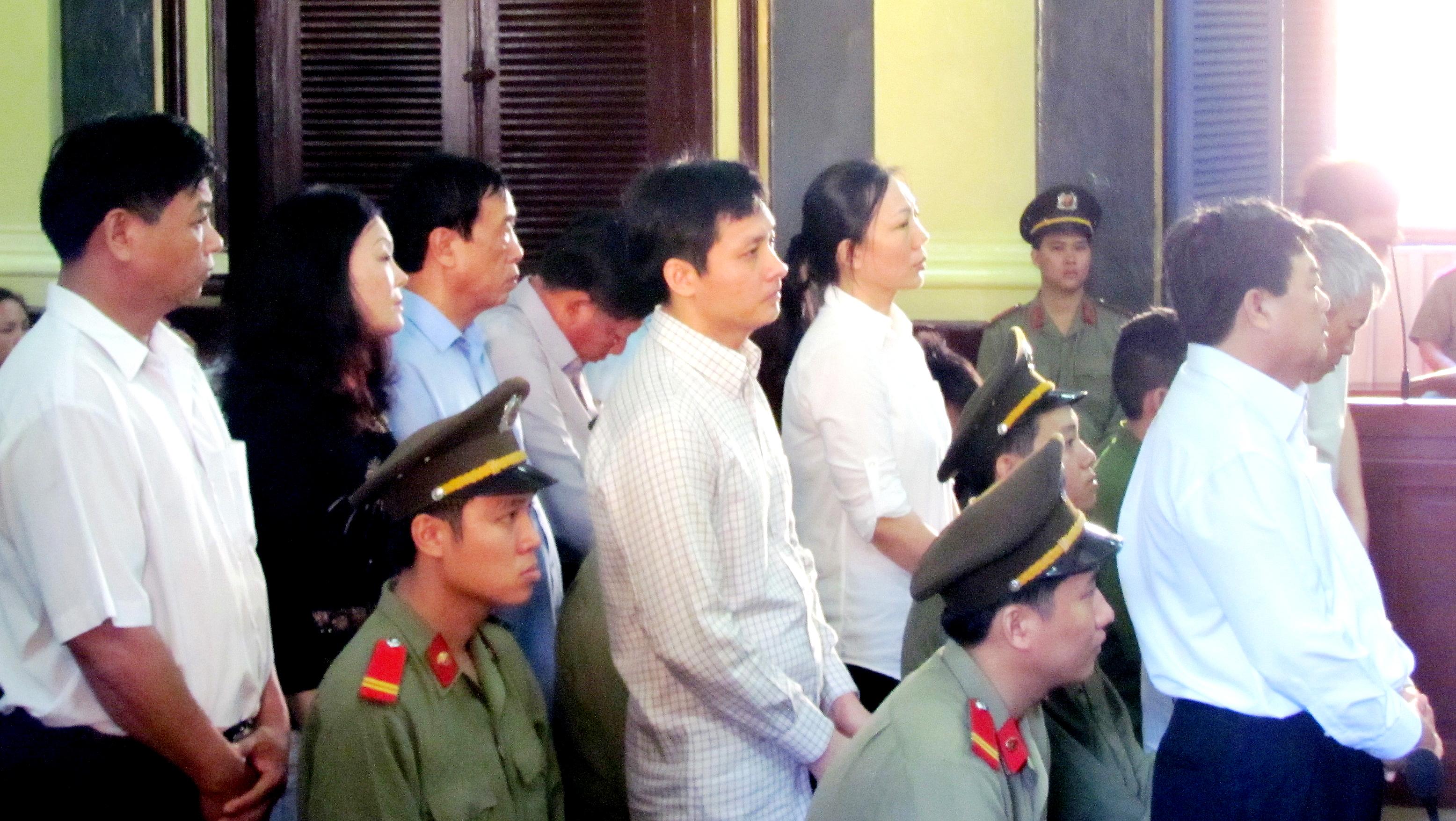 Pháp luật - 'Quan huyện' và nữ đại gia Sài Gòn ra tòa (Hình 2).