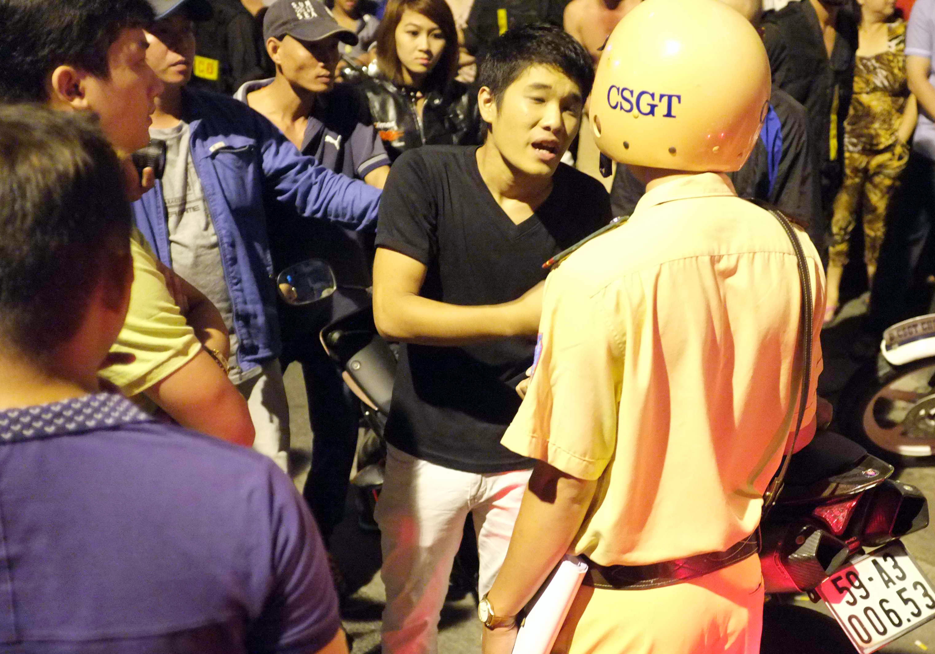 Nam thanh niên đôi co với cảnh sát giao thông. Ảnh: A.N