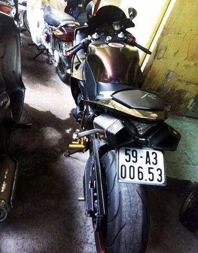 Chiếc môtô khủng do Trí chạy đang bị tạm giữ ở Đội CSGT Chợ Lớn. Ảnh: An Nhơn