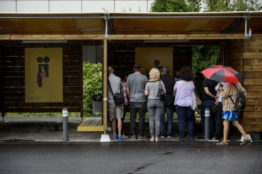 """Người dân đến tham quan khu vực """"gara tình dục"""" chuẩn bị được khai trương. Nguồn AFP"""