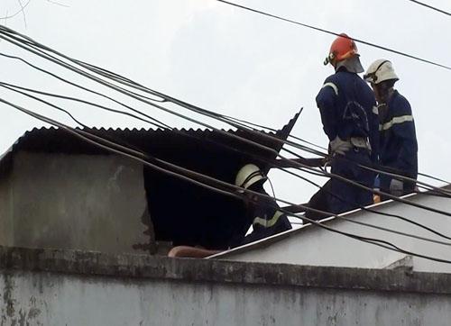 Cảnh sát leo lên dập lửa căn nhà trong nhiều giờ. Ảnh: An Nhơn