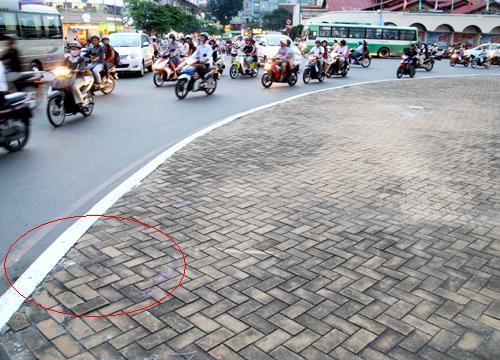 Anh Thép cho rằng đã tấp vào sát vòng xoay (vị trí khoanh tròn đỏ) để chỉ đường cho hai kẻ lạ mặt.