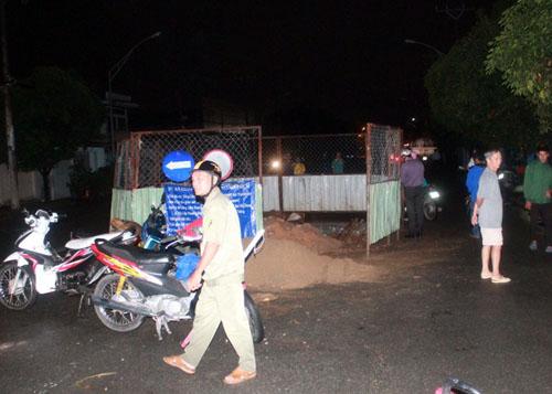 Gần 20h, anh Nguyễn Văn Vũ (28 tuổi, quê Huế) chạy xe máy trên đường Chế Lan Viên, hướng từ đường Lê Trọng Tấn đến đường Trường Chinh. Khi cách đường Trường Chinh khoảng 300m thì xe của anh Vũ lao cả người và xe máy vào một công trình đang thi công giữa đường, sau đó rớt xuống hố công trình sâu hơn 2m. May mắn nạn nhân chỉ bị xây xát nhẹ.